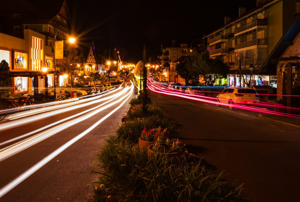 rua de gramado iluminada
